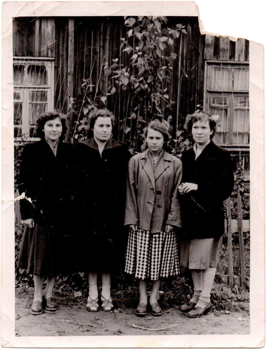 1950е у одного из бараков ОКЗ на ул. Калинина (Марии Поливановой)