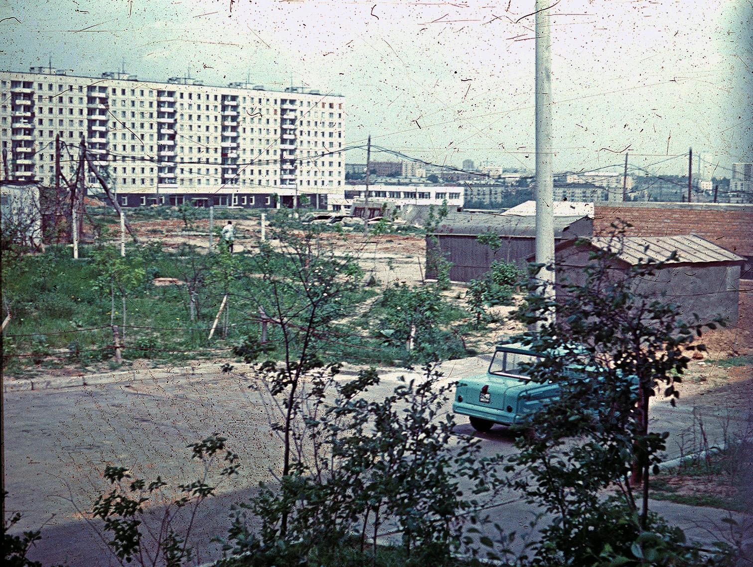 1971-73 Улица Матвеевская. Вид от дома № 26 на дома № 42, бойлерную и Давыдково2
