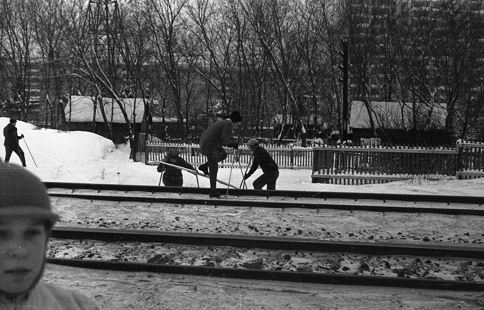 1973 Лыжники. Деревянные дома стоят на месте ГСК Вымпел, на дальнем фоне 16 эт. дом - Матвеевская ул. д.6 и 9 эт. дом - Матвеевская ул. д10к2 (Фликр, Кутенков)
