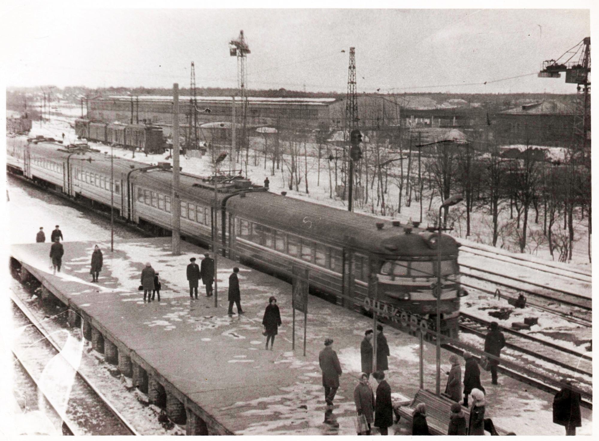 Электричка на станции Очаково (не позднее 1977 г.)