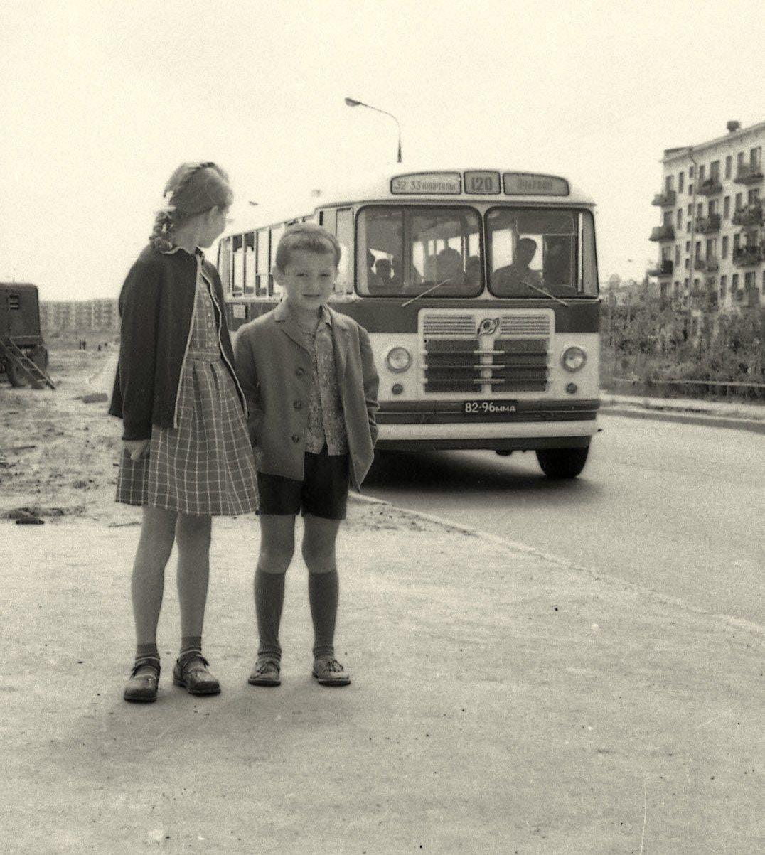 1964 Улица Удальцова. На остановке 120 автобуса, ждут маму с работы. Валентина Сударикова