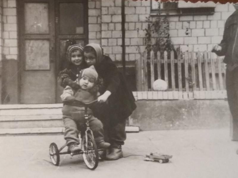 1966-67 4-й подъезд дома 34 кор.2 по Озёрной улице. Владимир Шельпов