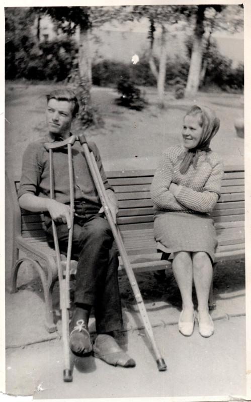 1960е Во дворе у дома общежития с Кулинарией. Татьяна Пичугина