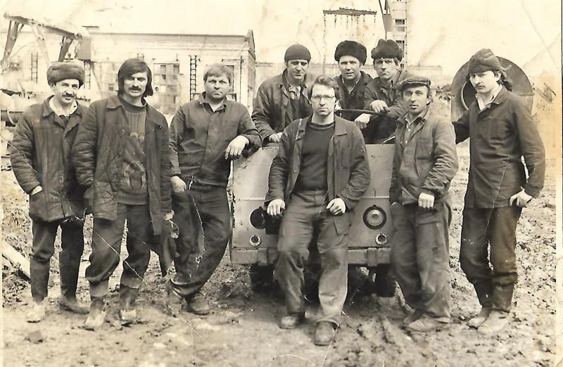 1977-83 коллектив кирпичного завода, прислал Александр Кузьмик (второй слева его отец)2