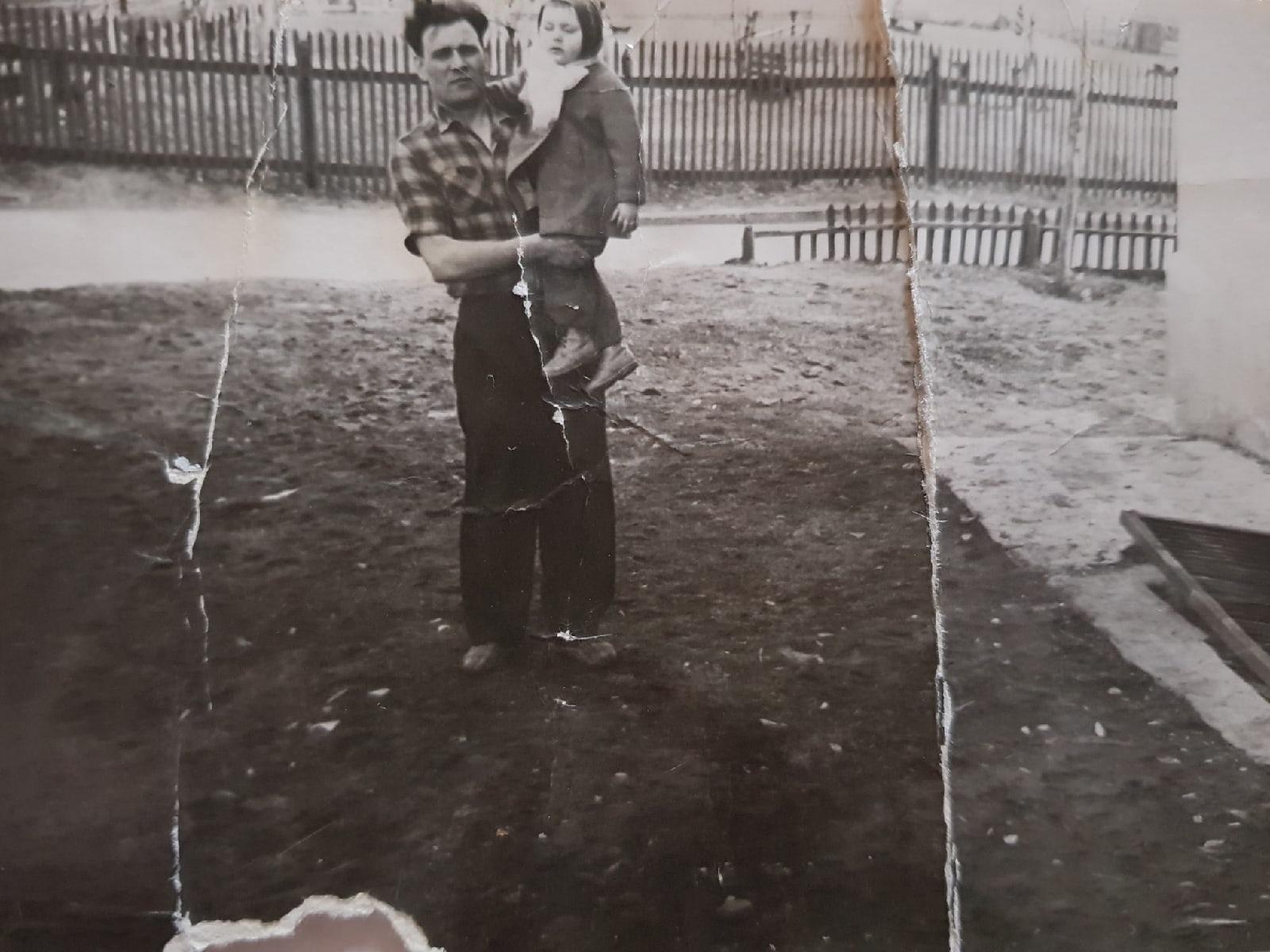 1959-1960 год у последнего подъезда дома Озерная 6. Галина Прокусова