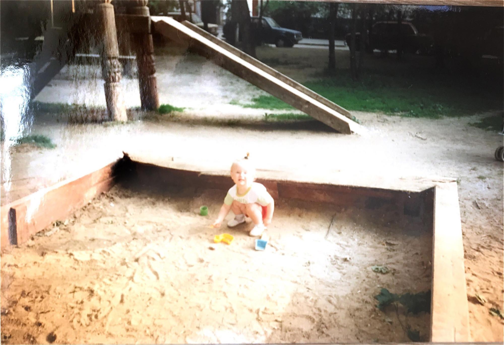 1995 Двор между домами 19 и 21. Наташа Рыбалко
