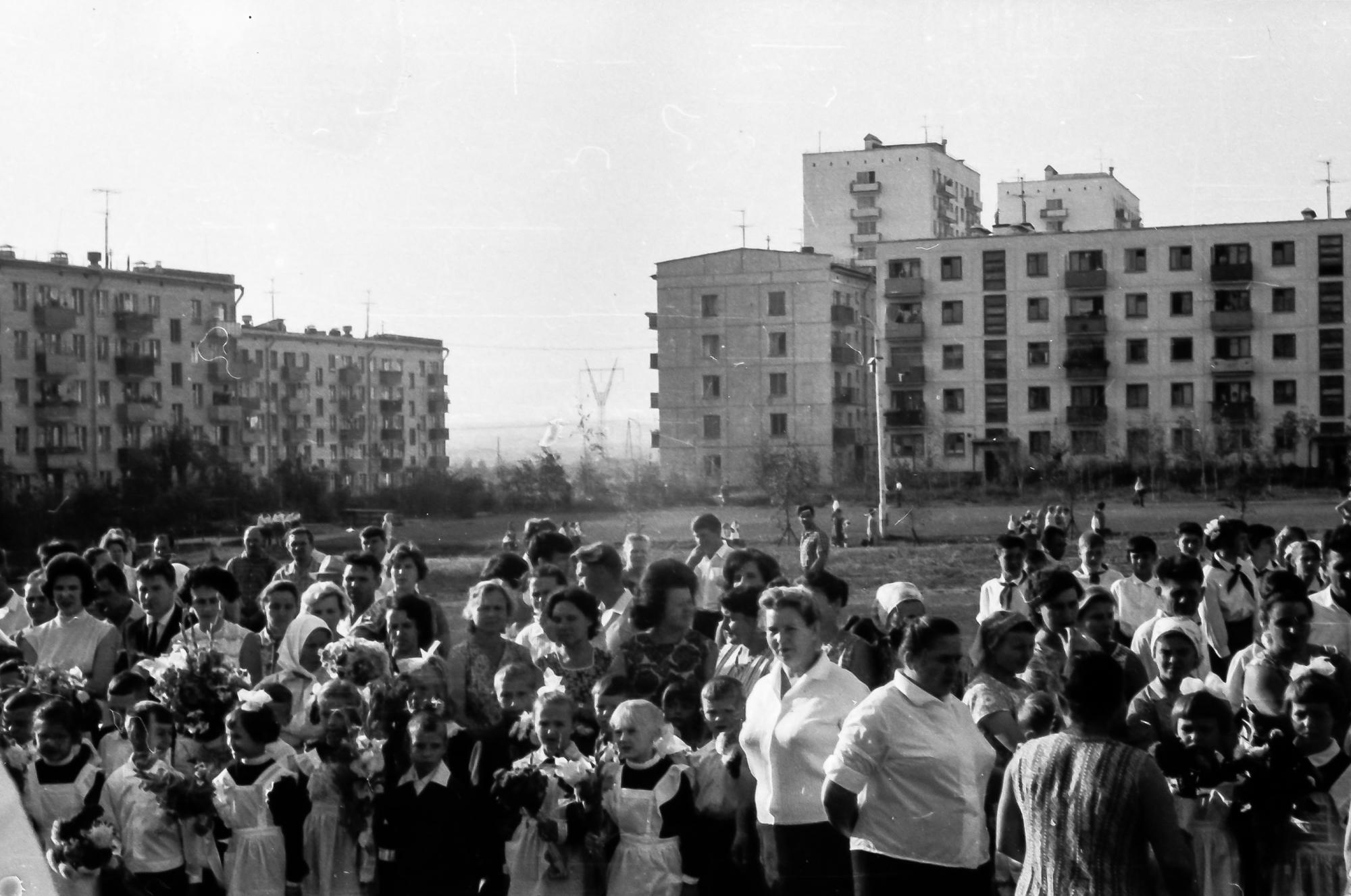 1968 Первый раз в первый класс, перед 816 школой, 1 А класс, видимо 2 сентября, так как 1-е было воскресенье