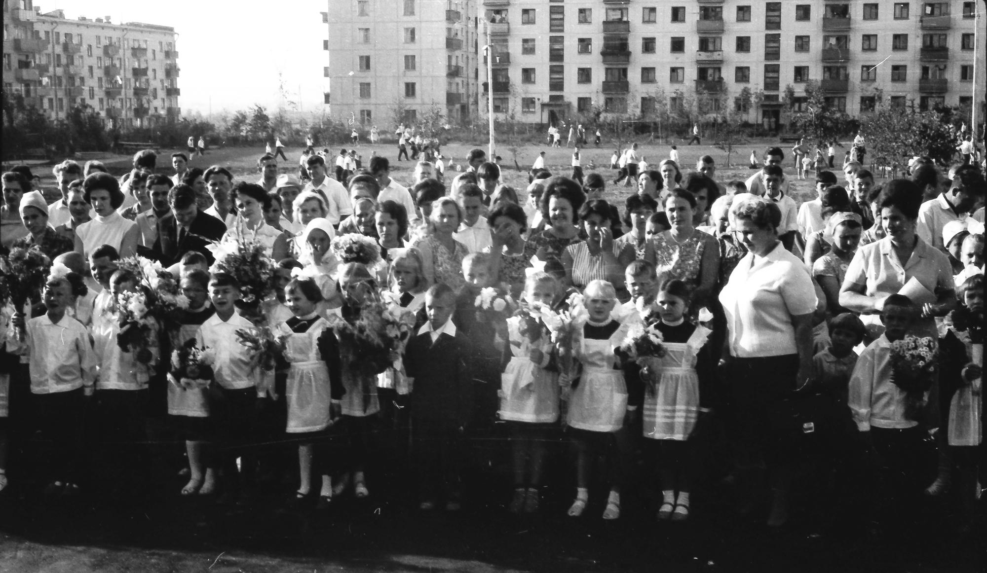 1968 Первый раз в первый класс, перед 816 школой, 1 А класс, видимо 2 сентября, так как 1-е было воскресенье2