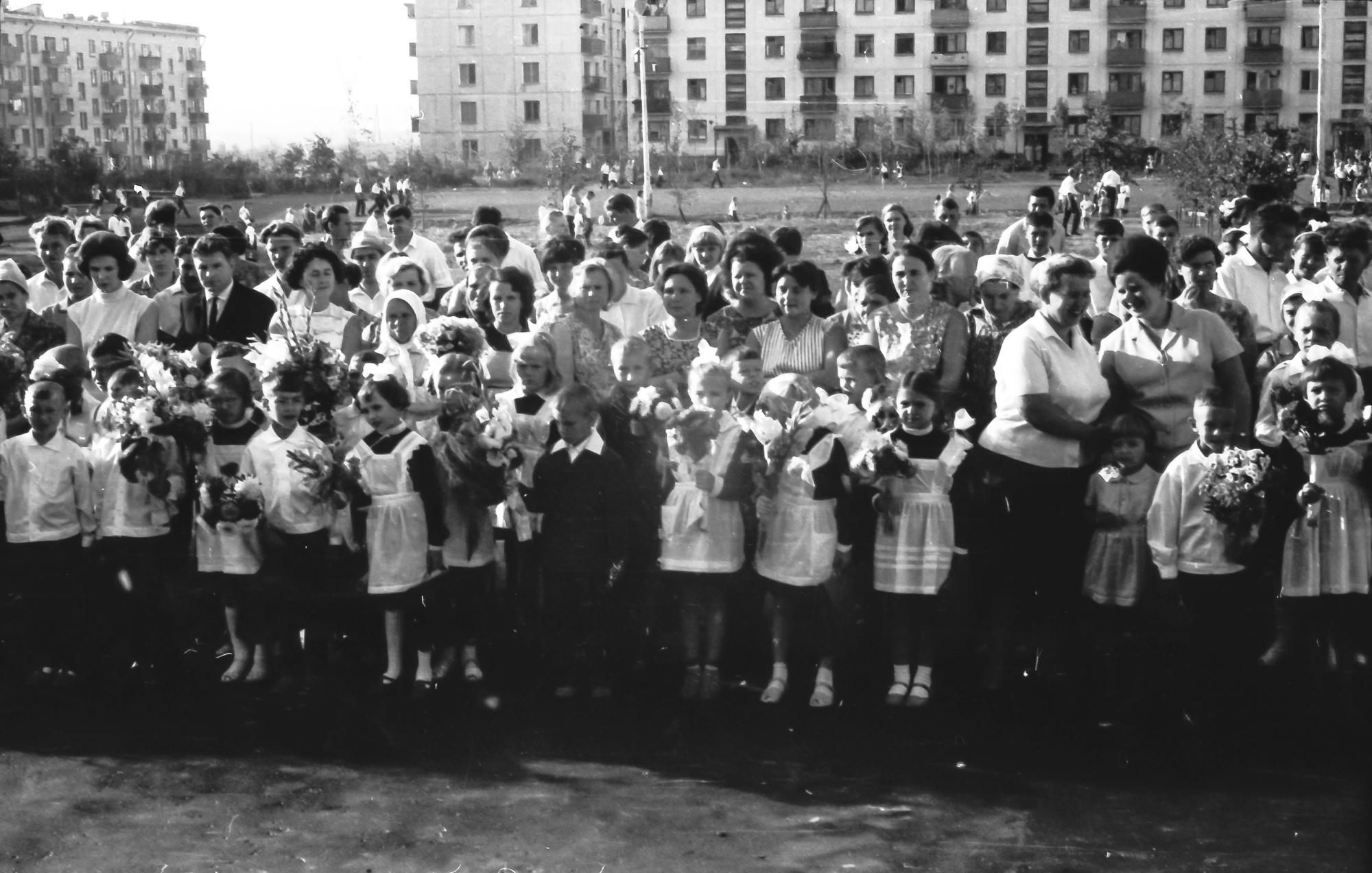 1968 Первый раз в первый класс, перед 816 школой, 1 А класс, видимо 2 сентября, так как 1-е было воскресенье3