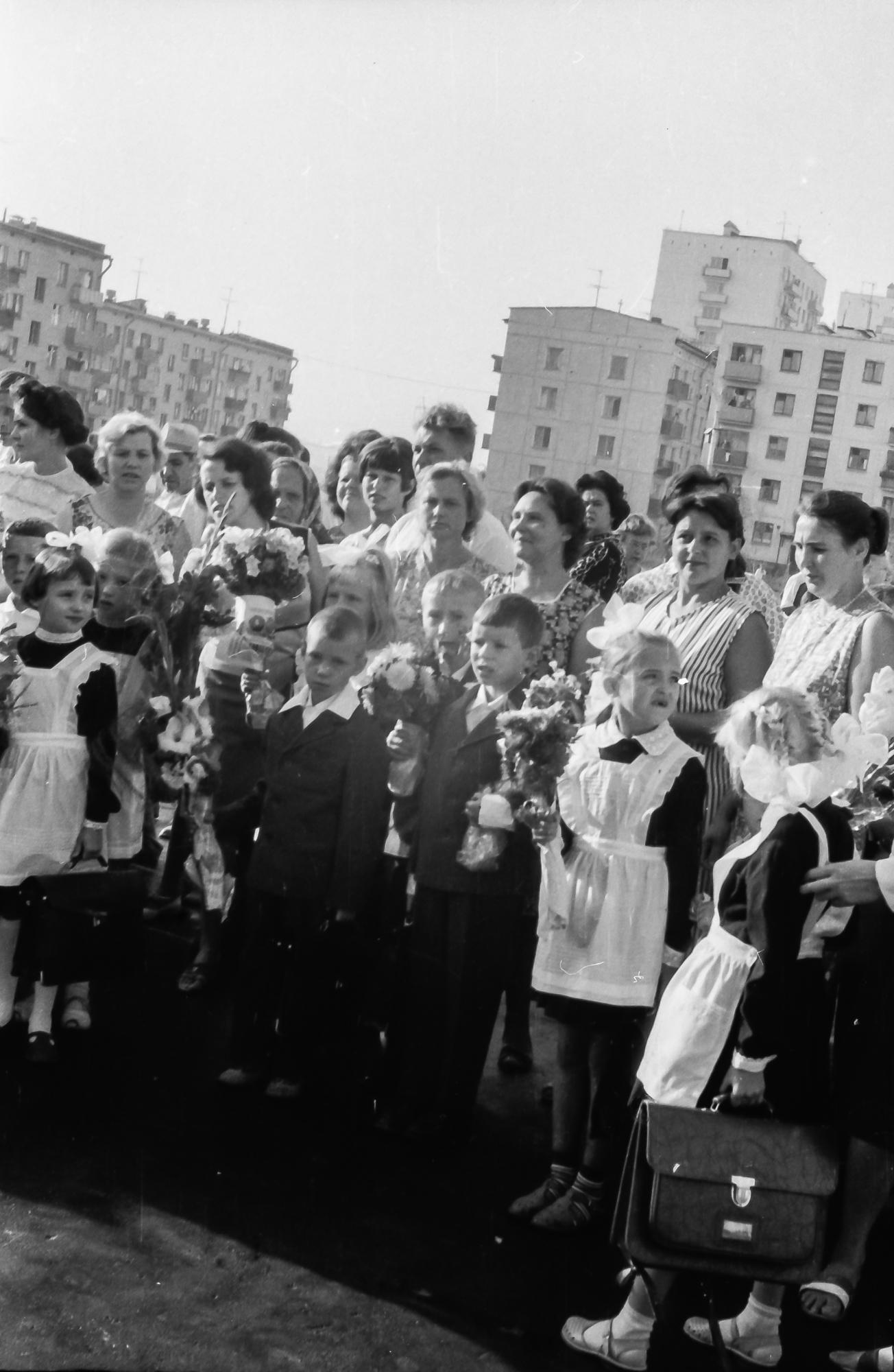 1968 Первый раз в первый класс, перед 816 школой, 1 А класс, видимо 2 сентября, так как 1-е было воскресенье4