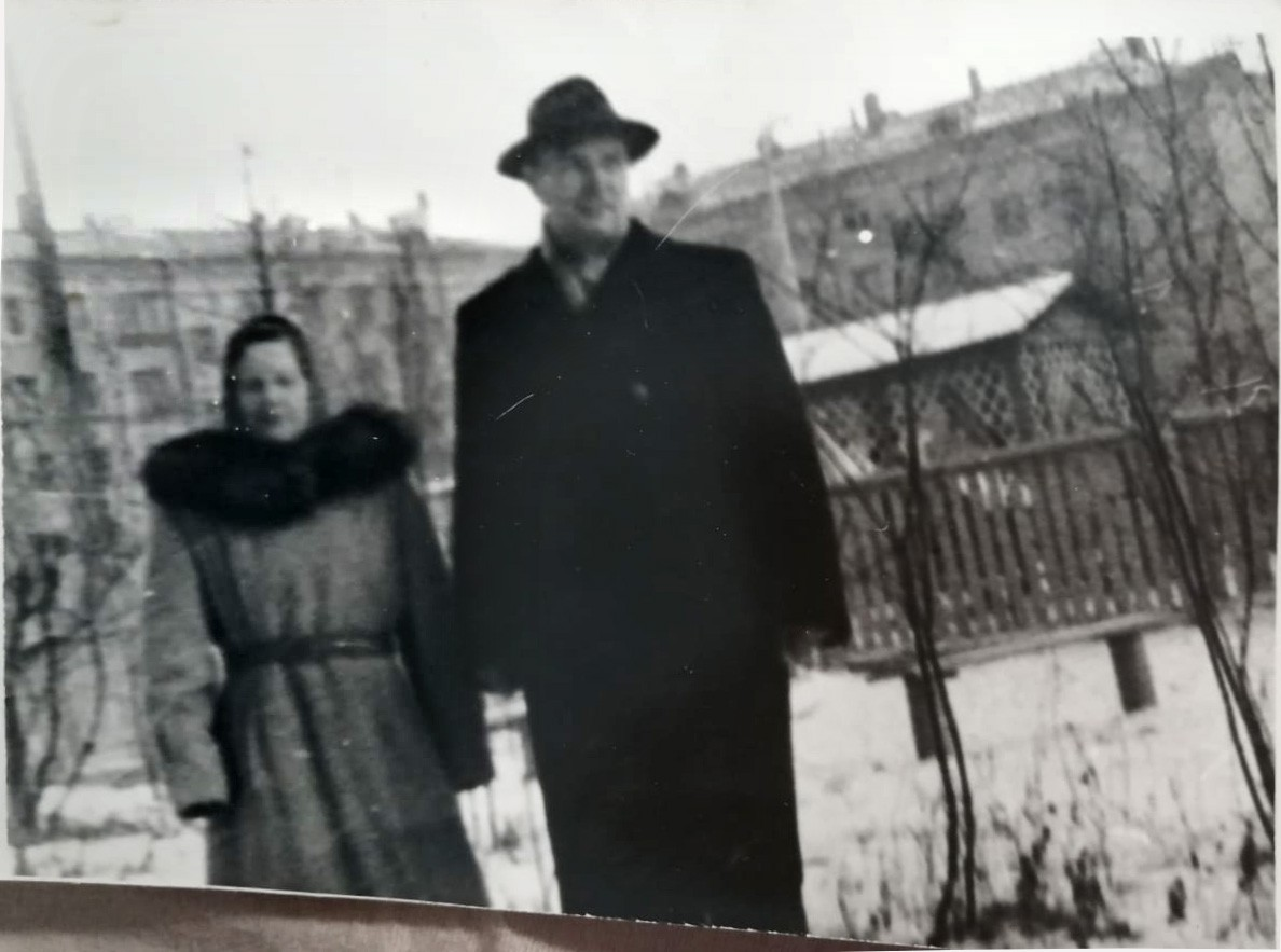 1965-66 у дома 3 по улице Наташи Ковшовой. Родители Тани Козак