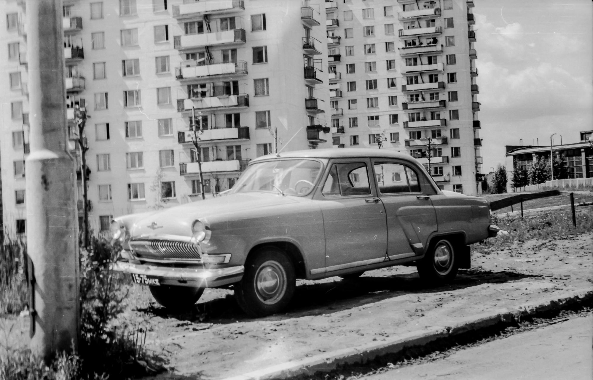 1971 Волга ГАЗ-21 на улице Елены Колесовой, сзади дома 4 и 2