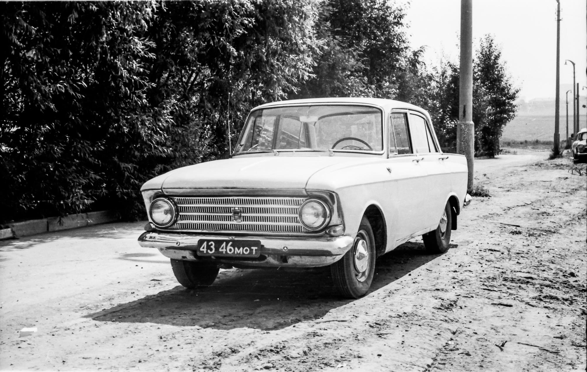 1971 Москвич-408 на улице Елены Колесовой, спуск на Озерную, там еще нет домов, просто поля, за кустами слева дом 5 по Колесовой