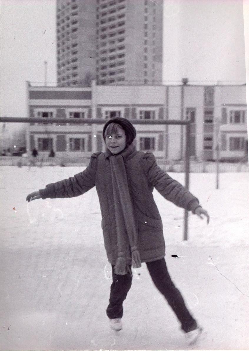 1987-88 Во дворе школы №29, на стадионе, заливали каток. На заднем плане - военкомат. Анна Макарова2