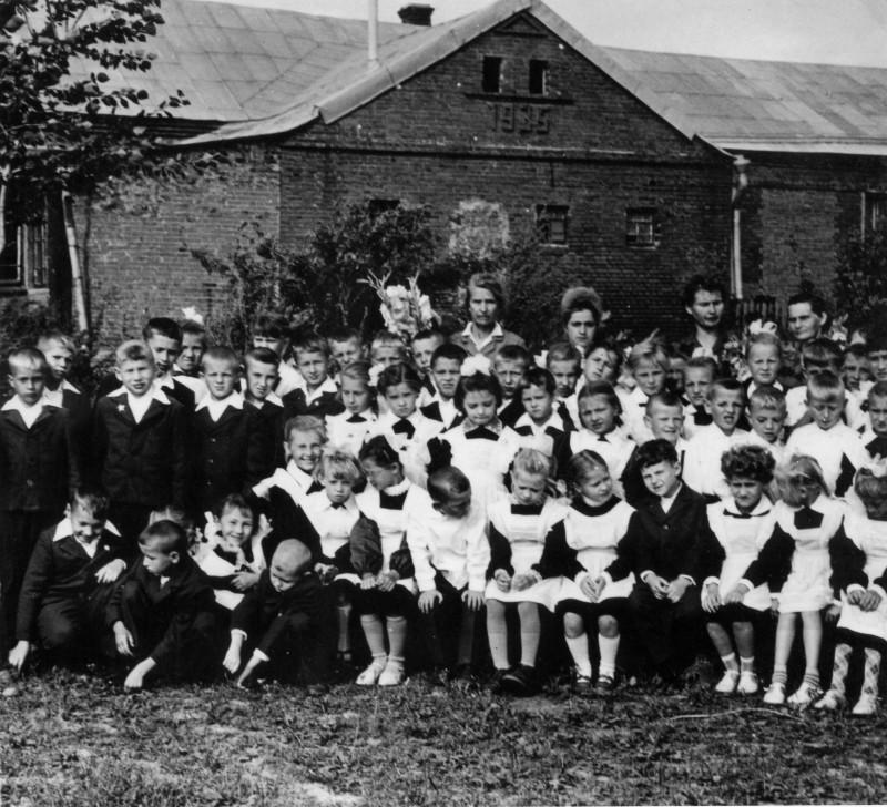 1964-65 У школы в Очаково