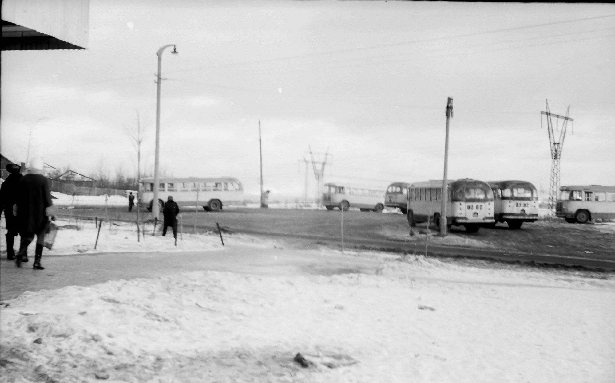 1971 Конечная автобусная остановка на Озерной (маршруты 120 и кажется 208), напротив дома 26, чуть видно козырек от магазина, сейчас там Пятерочка
