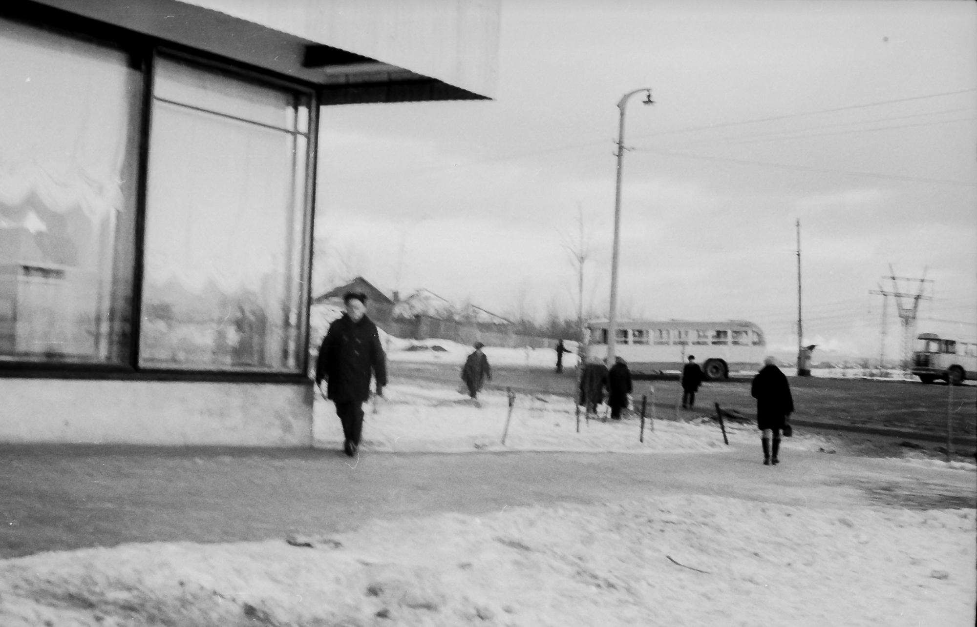 1971 Конечная автобусная остановка на Озерной (маршруты 120 и кажется 208), напротив дома 26, от магазина, где сейчас Пятерочка