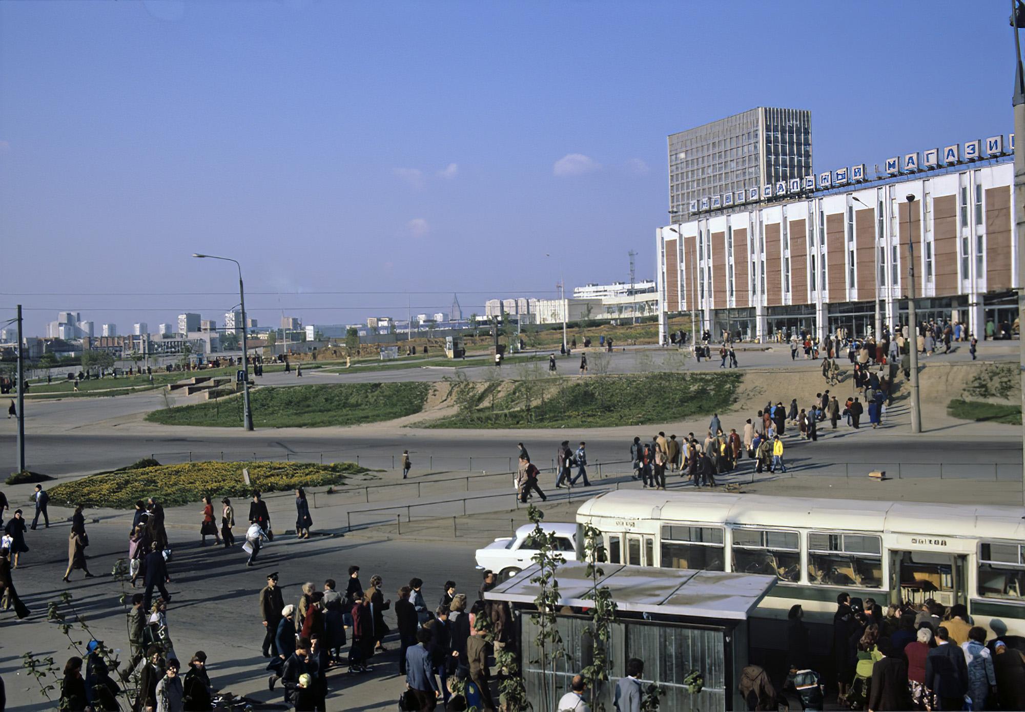 1982 У станции метро Юго-Западная. Ушмайкин