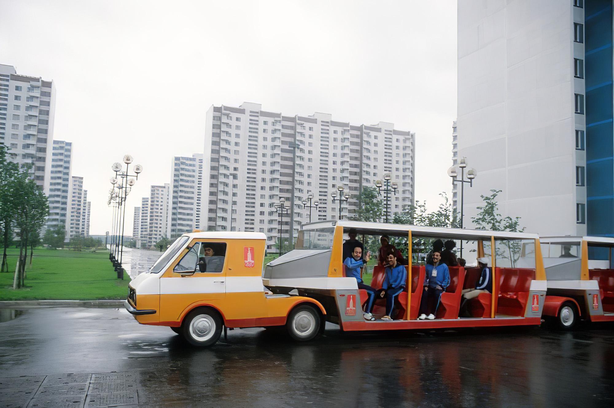 1980 Пассажирский автопоезд, курсировавший по территории Олимпийской деревни в Москве.Валентин Мастюков и Валентин Соболев Фотохроника ТАСС