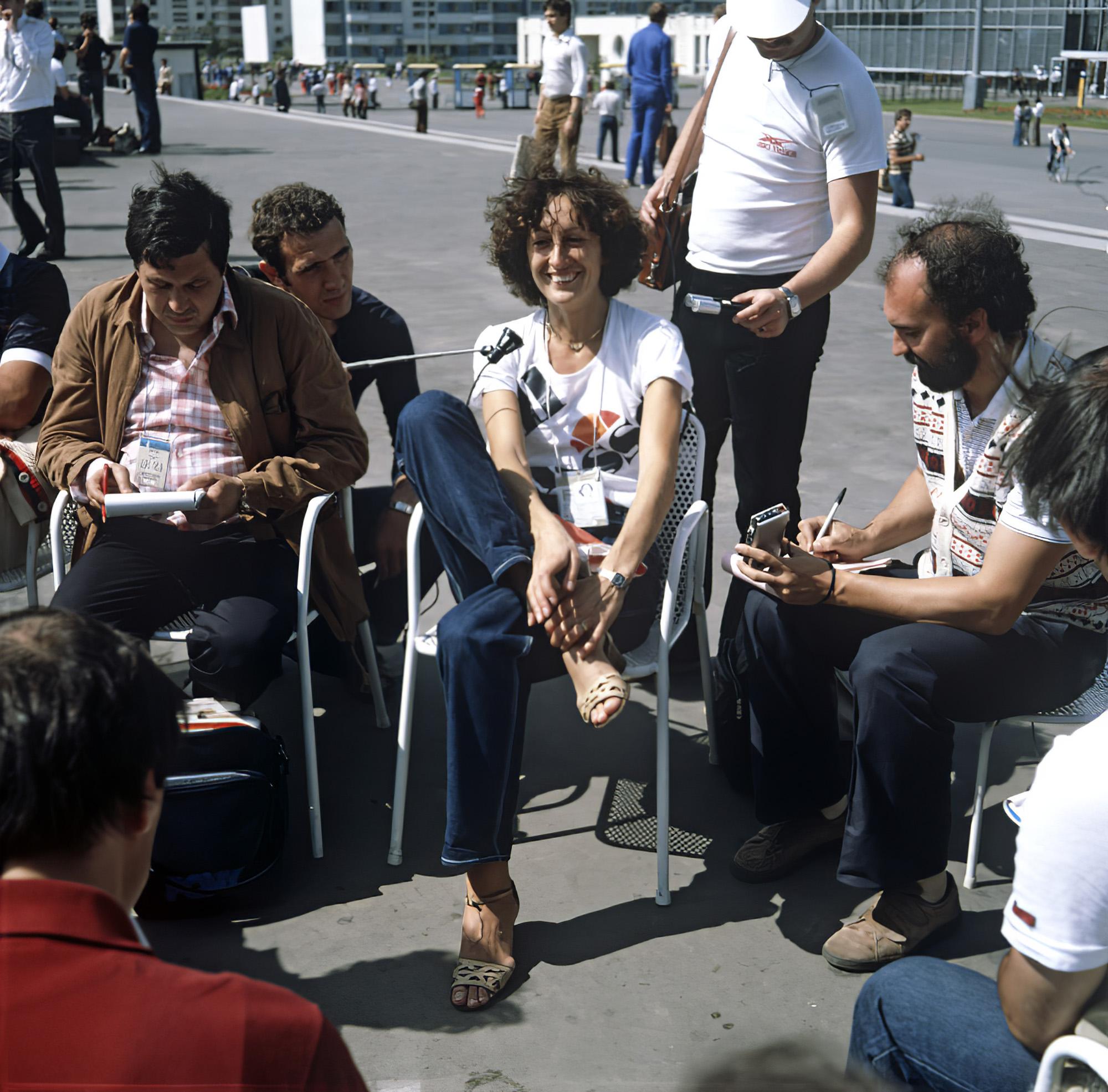 1980 Олимпийская чемпионка по прыжкам в высоту Сара Симеони дает интервью журналистам. Олимпийская деревня. Ал-р Гращенков