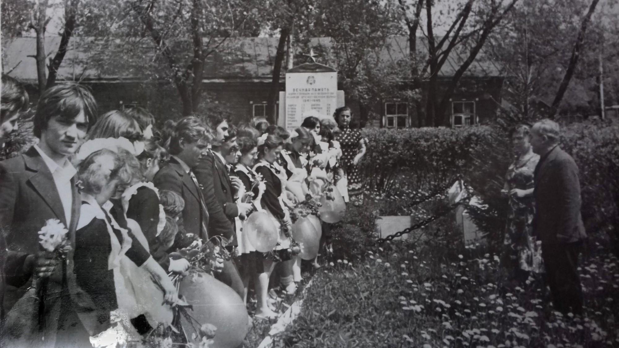1982 последний звонок.могила неизвестного солдата на химбазе. На заднем плане музей боевой славы2