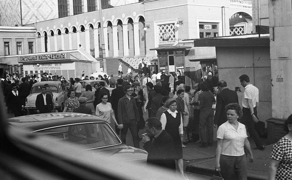1971 У пригородных касс Киевского вокзала. Sten-Ake Stenberg