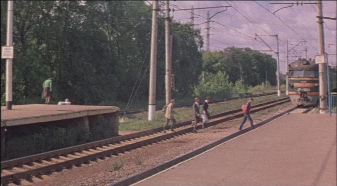 1985 ЭР2-1004 у платформы Матвеевская, кадр из фильма «Пять минут страха»