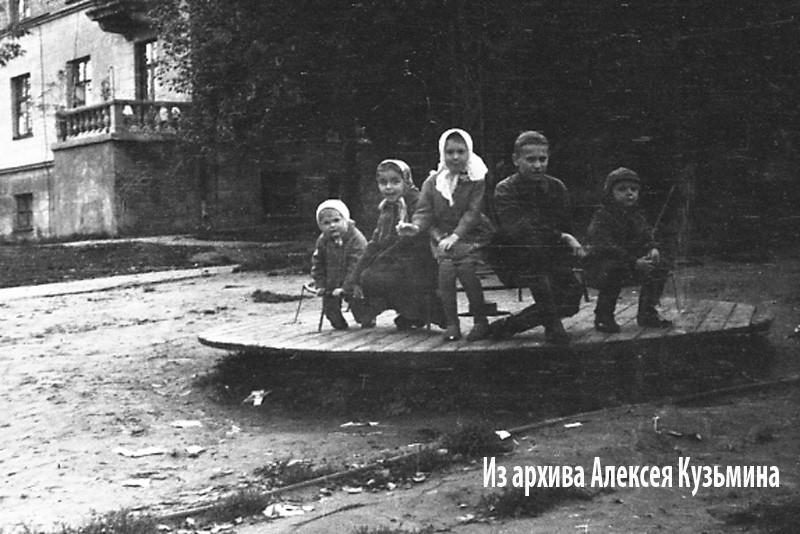 1960е вид детской площадки между тремя домами3