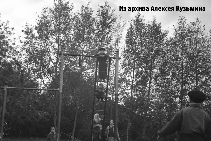 1960е вид детской площадки между тремя домами1