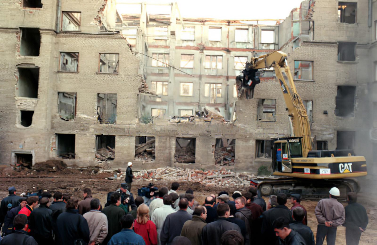 1998 снос старой пятиэтажки. Фото Александра Яковлева (ИТАР-ТАСС)_cmpk1