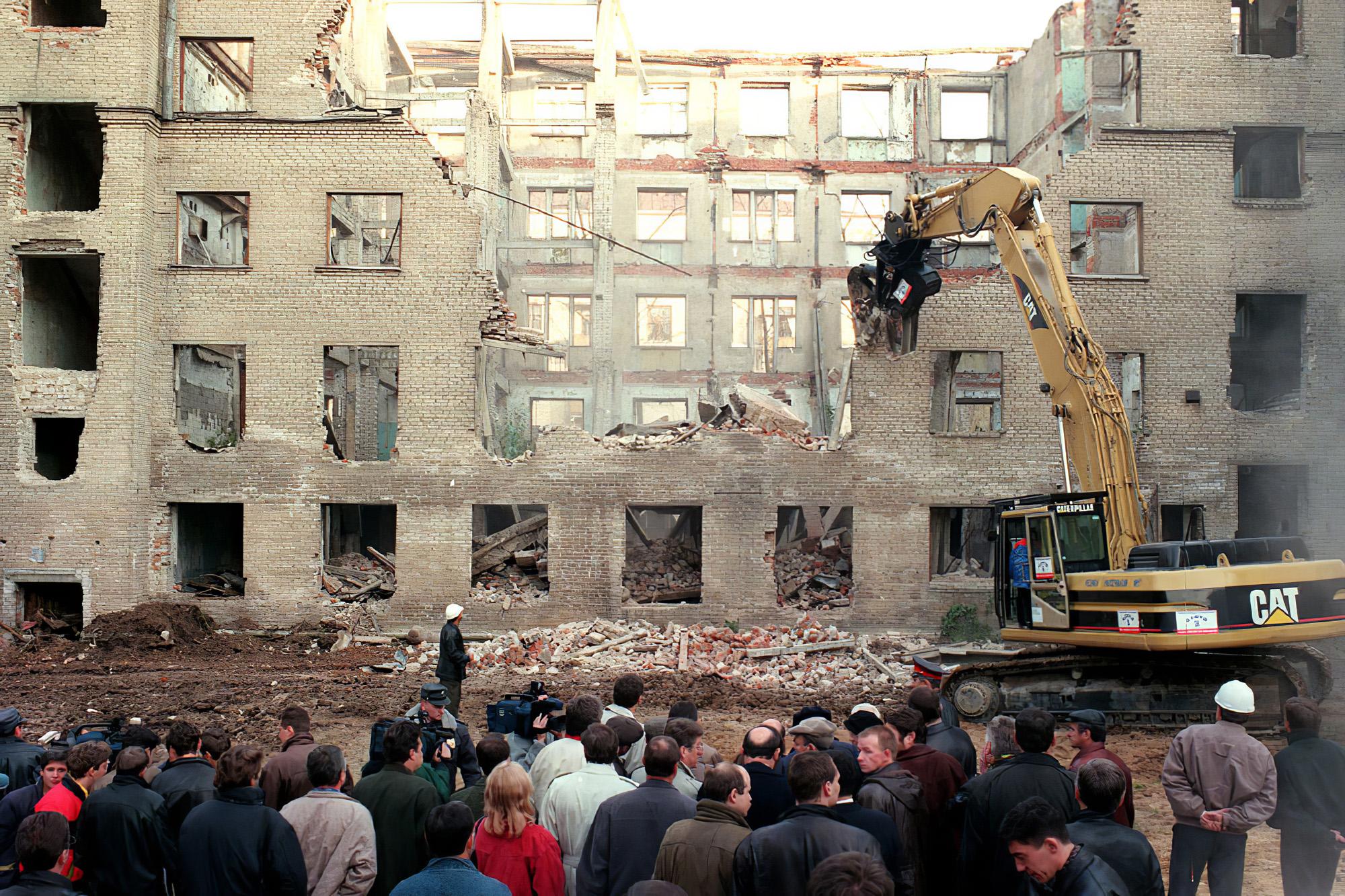 1998 снос старой пятиэтажки. Фото Александра Яковлева (ИТАР-ТАСС)1_cmpk