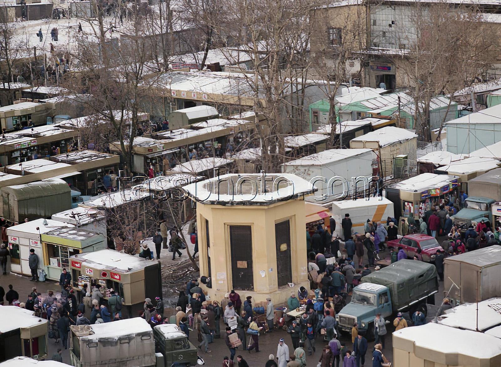 1994 27 января 1994 г. Площадь Киевского вокзала с торговыми палатками. Денисов Роман_cmpk