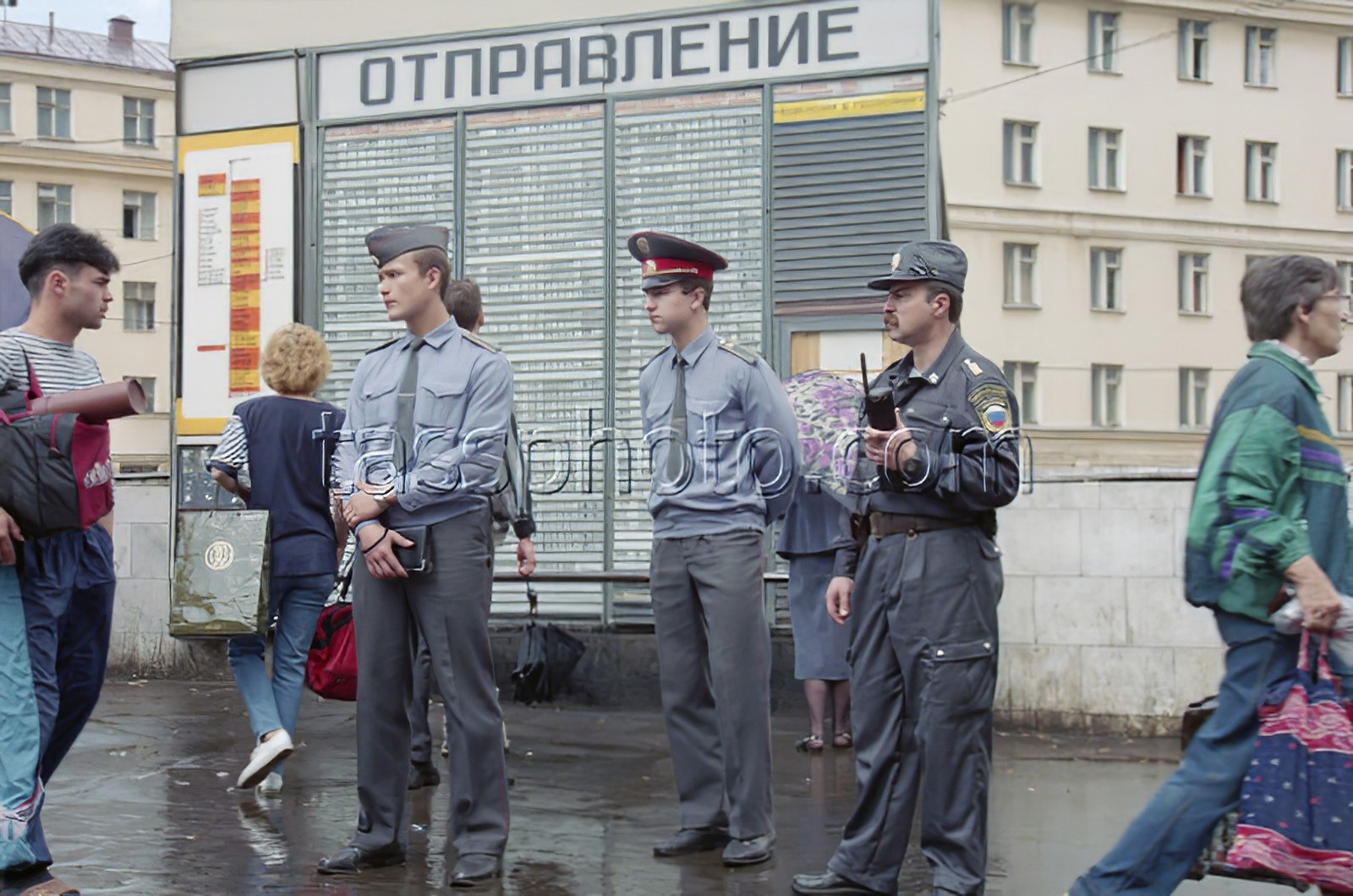 1996  2 июля 1996 г. Усиленный патруль у Киевского вокзала, организованный МВД России для обеспечения безопасности. Пахомова Людмила_cmpk