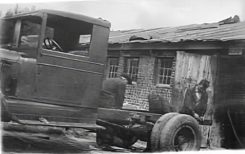 1934 Шоферы за ремонтом грузовых машин в совхозе Очаково Кунцевского района._cmpk