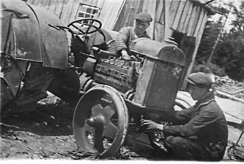 1934 Трактористы Очаково Кунцевского района за ремонтом трактора к уборочной_cmpk