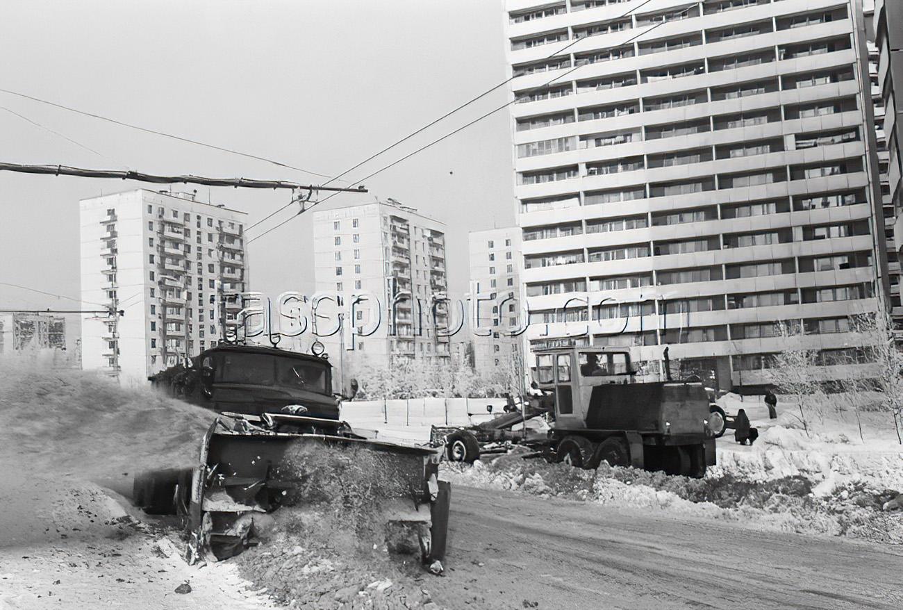 15 февраля 1985 г. Уборка снега на Озерной улице Гагаринского района. Чумичев Александр_cmpk