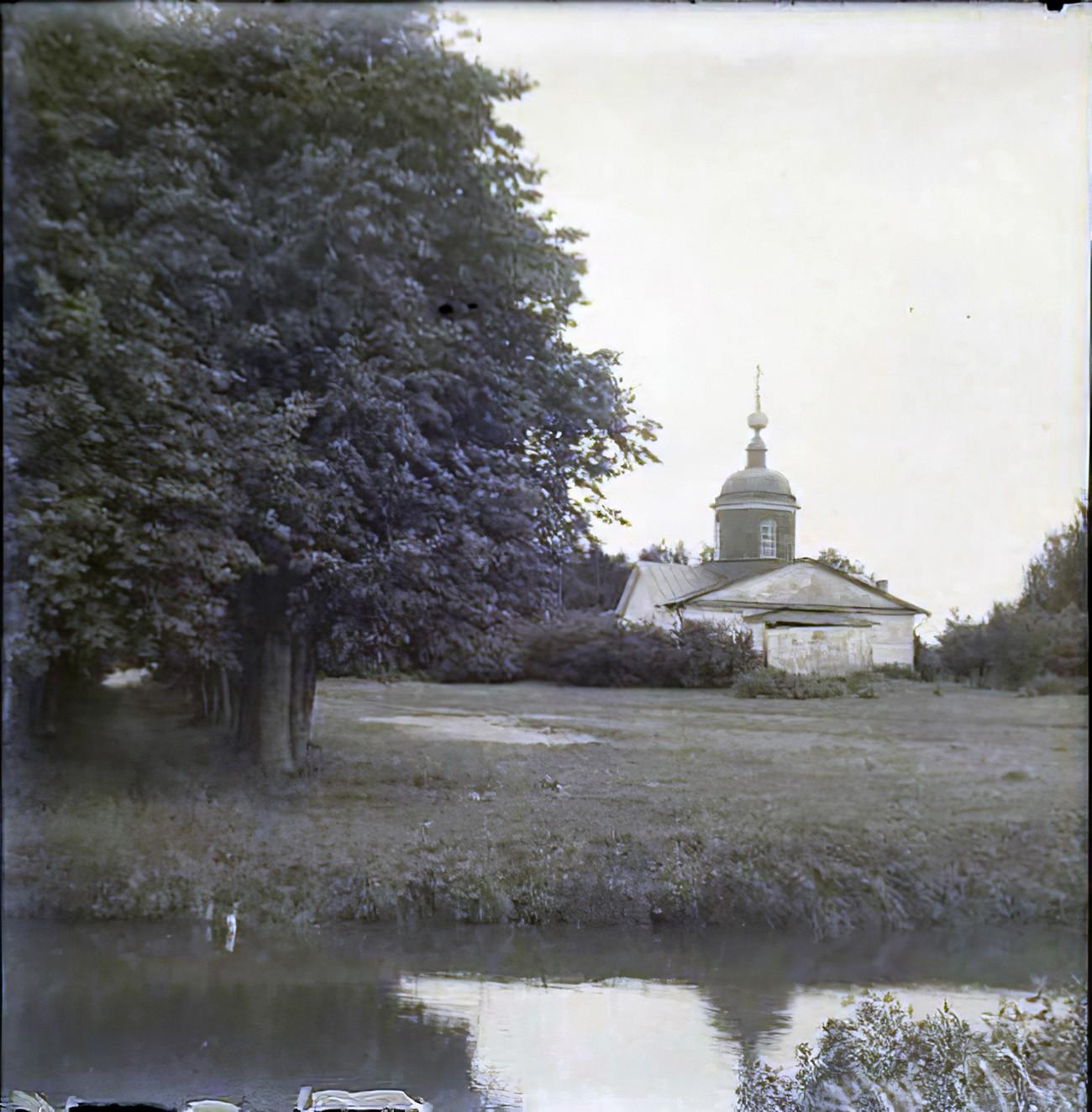 Усадьба Очаково. Троицкая церковь, 1850 г. Общий вид из парка. Торопов С.А._cmpk