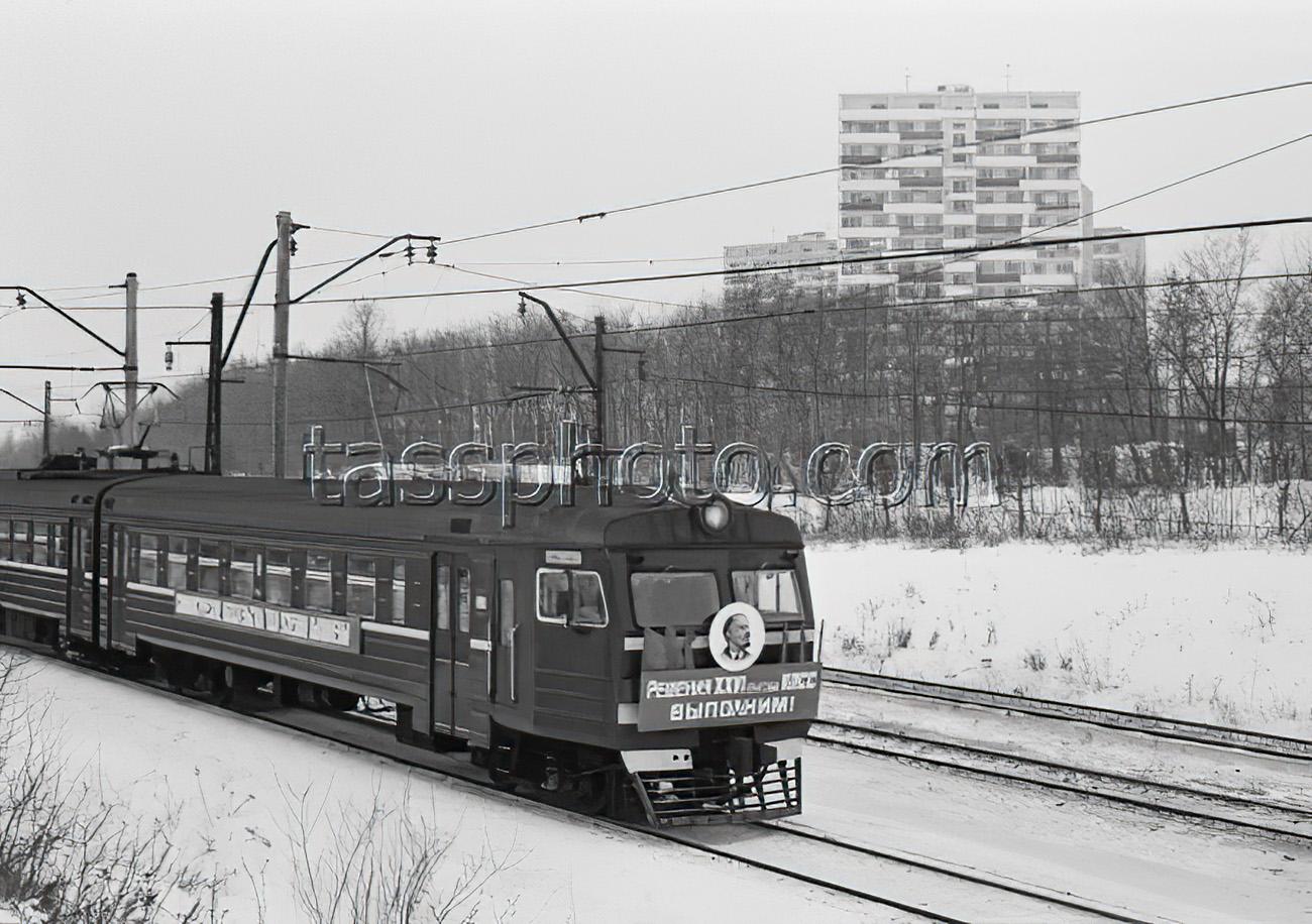 25 декабря 1981 г. Первый поезд во время маршрута по новому третьему пути со станции Солнечная в Москву. Зотин Игорь