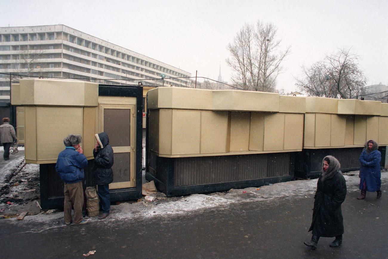 1994 Киоски на площади Киевского вокзала. Роман Денисов, ТАСС