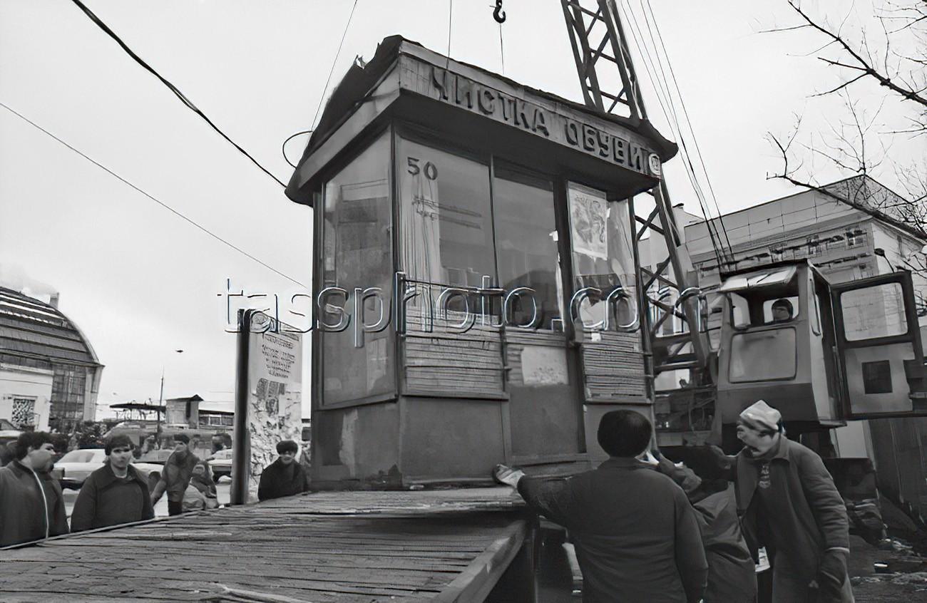 1993 7 февраля 1993 г. Демонтаж киосков и торговых палаток с тротуаров у Киевского вокзала в Москве с помощью подъемного крана. Христофоров Валерий