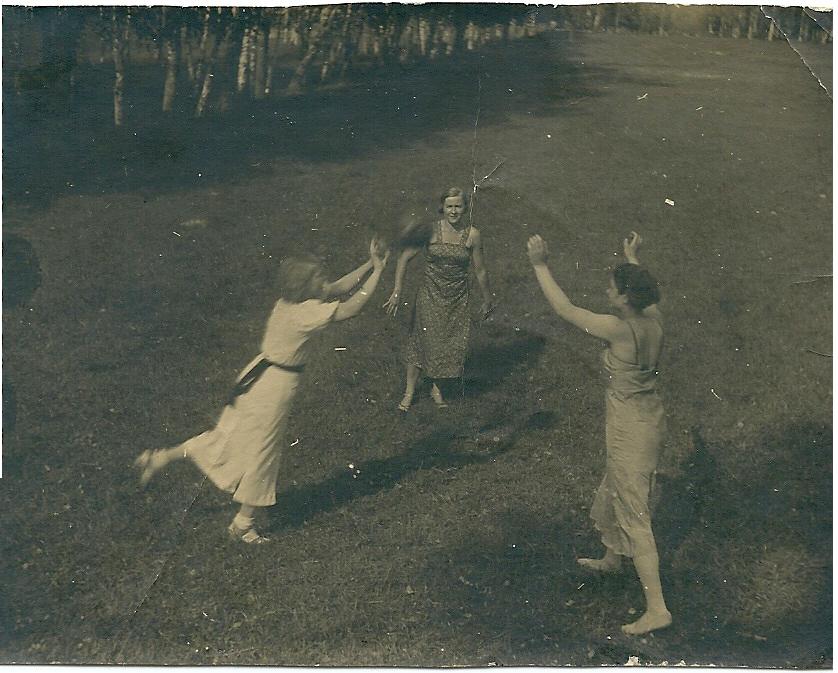 1933 Волейбол у озера, самый конец Очаковской у леса. Сейчас на этом месте котеджи