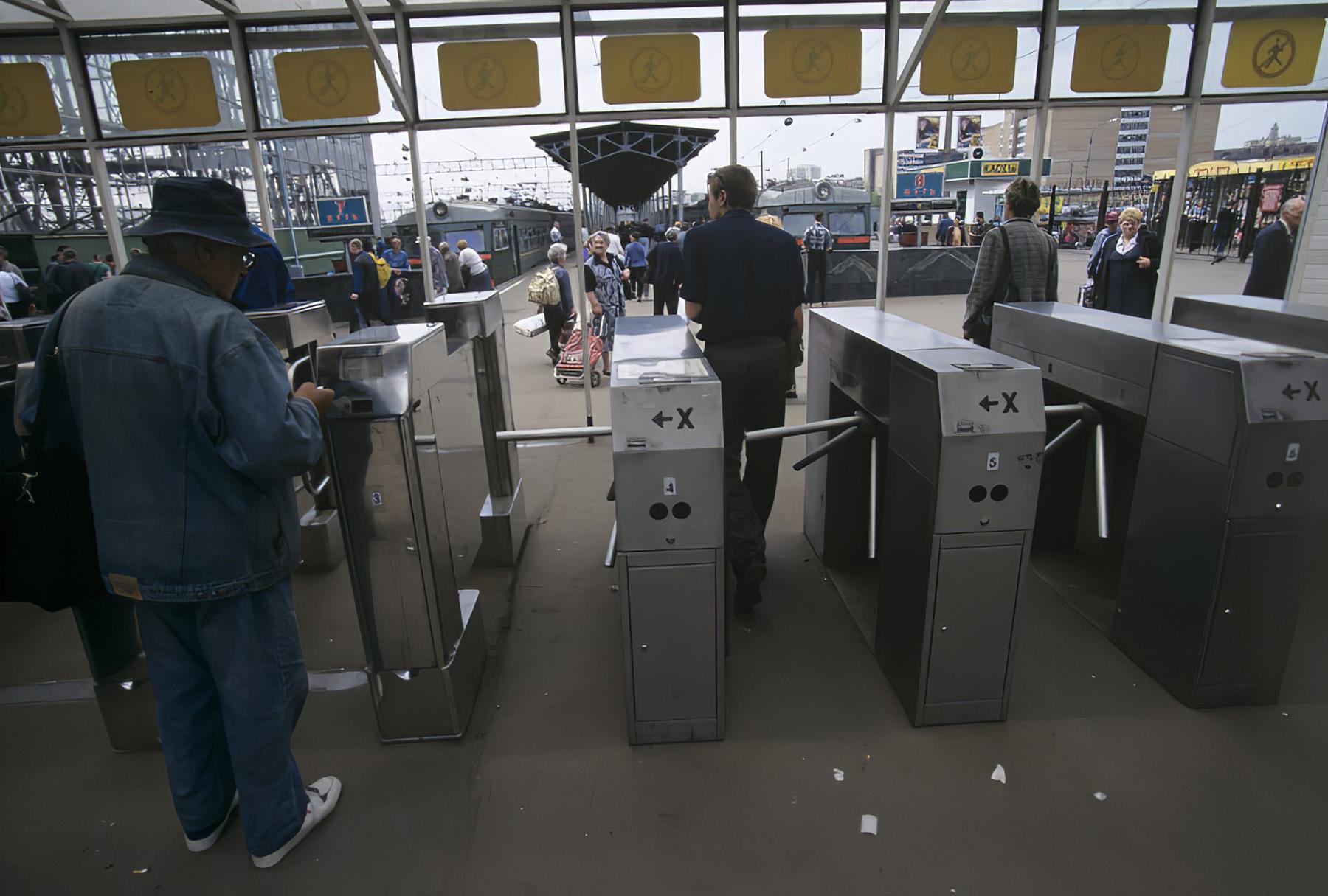 2001 Турникеты для прохода пассажиров на платформу Киевского вокзала. Игорь Михалев, РИА Новости