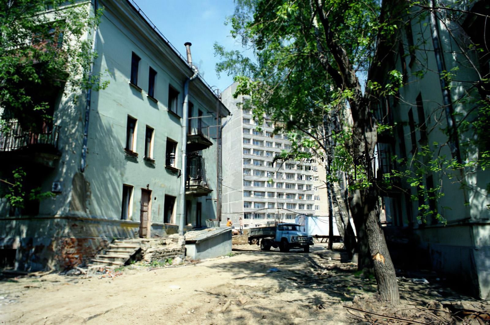 1996, 12 мая,  Жилищное строительство в районе Очаково. Пахомова Людмила. Фотохроника ТАСС2_cmpk