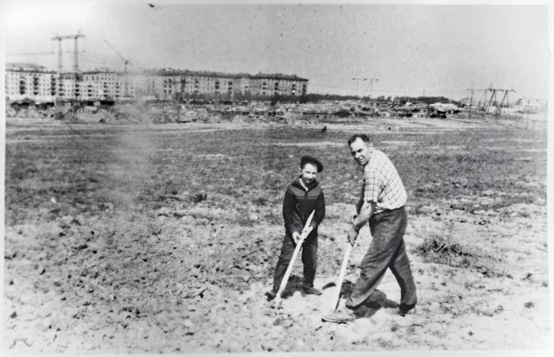 1966_8_May Виктор Стрелков с дедом копают огород2