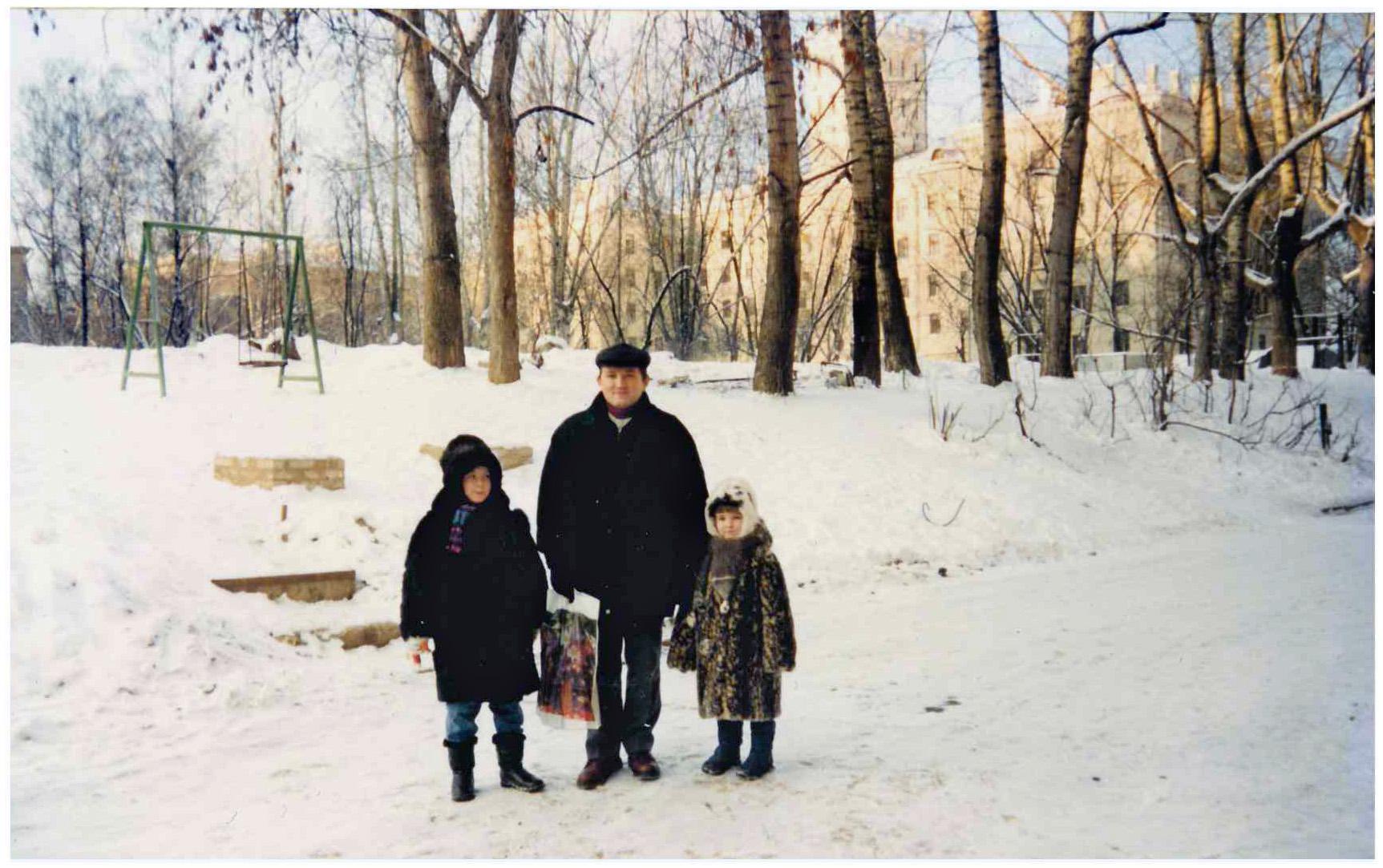 1995-96 Двор за кулинарией. Пржевальского 6. Ольга Иванова