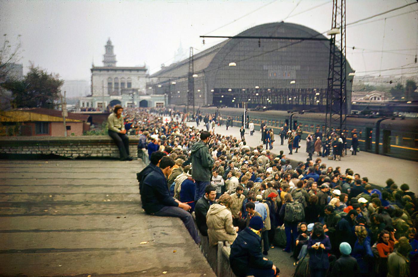 1975 Киевский вокзал. Ждём электричку. Игорь Каримов3