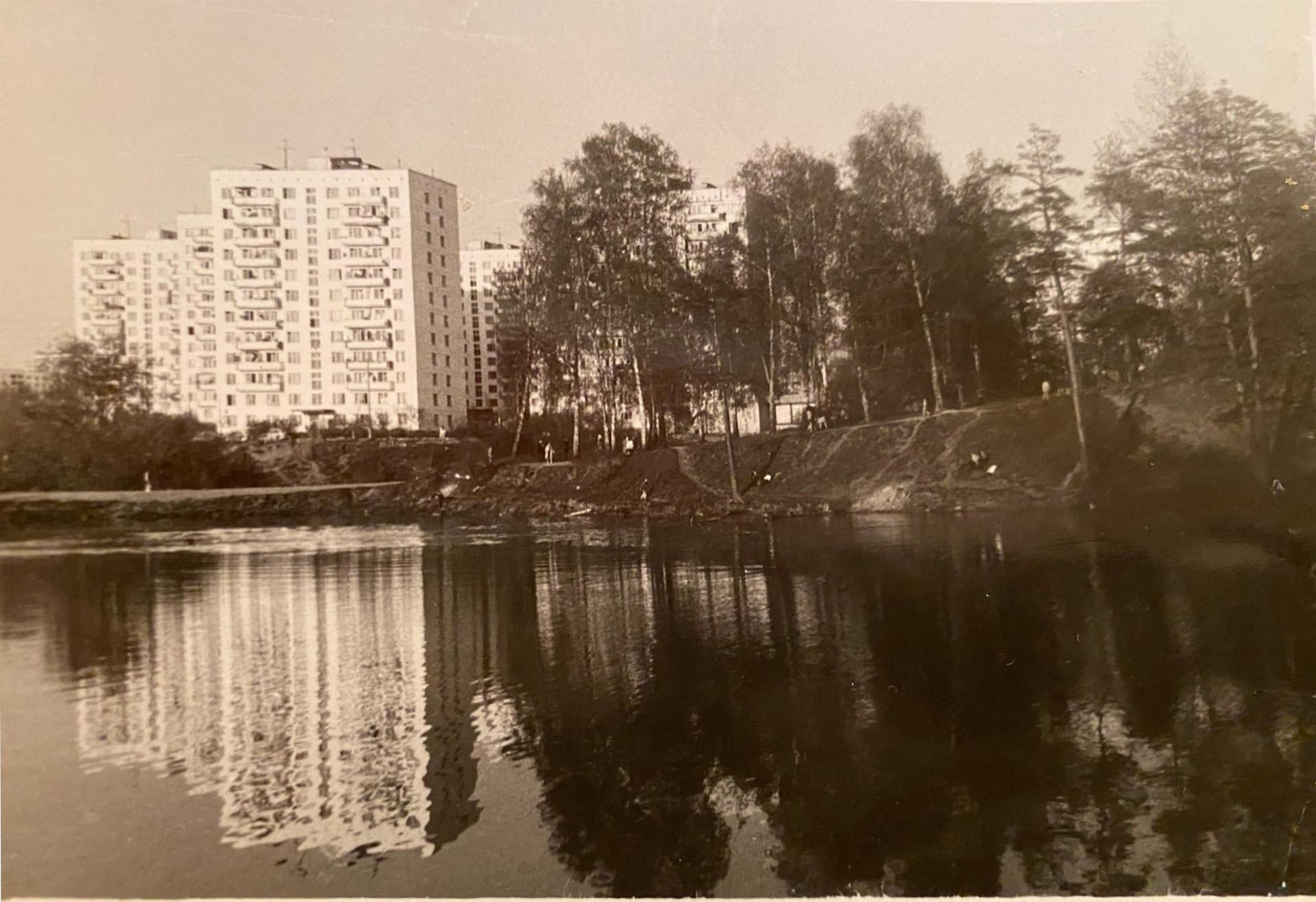 1980 Безымынный пруд не реке Навершке. Вид на дом 6к2, а фотограф стоит спиной к ул. Генерала Дорохова. Алексей Азарных2