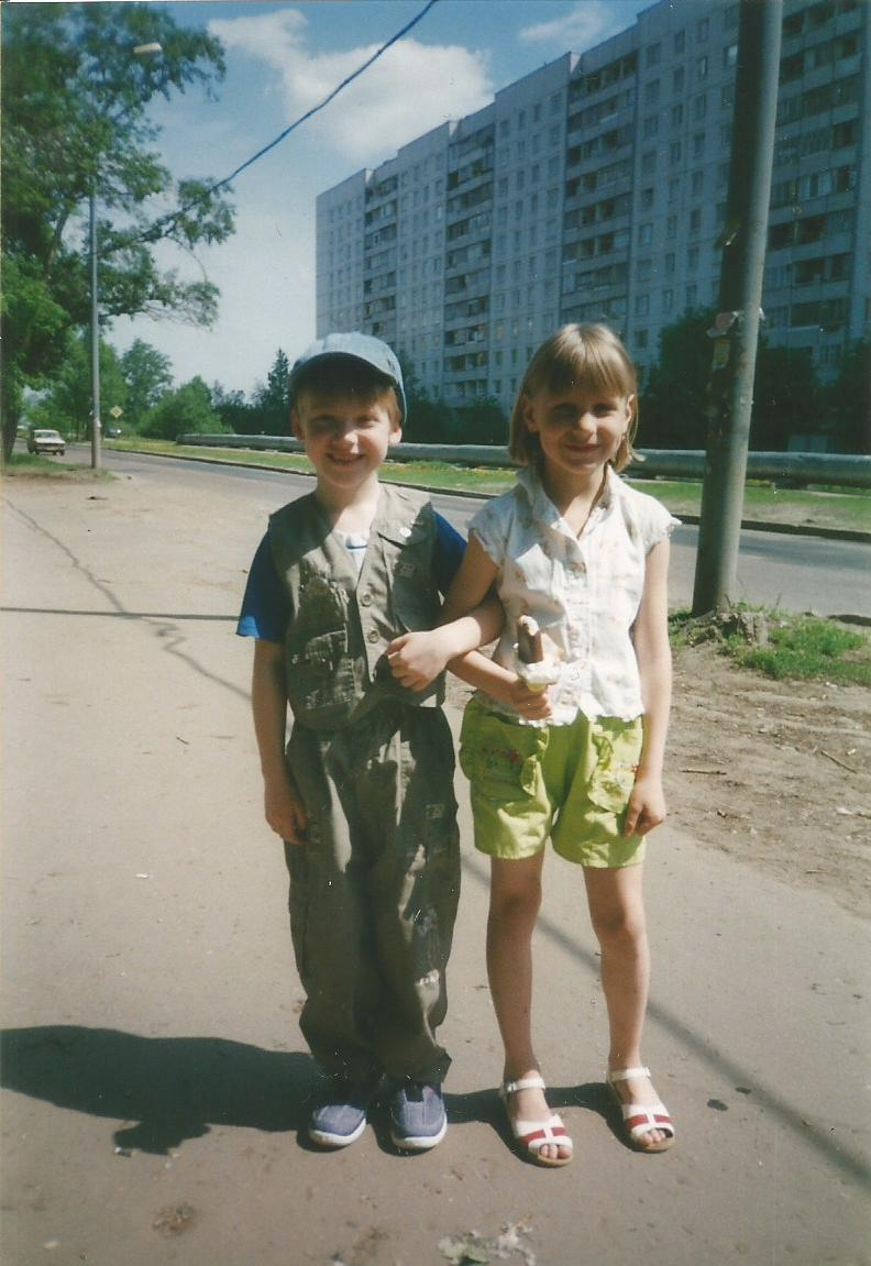 2002 Ул. Озерная, на фоне дома 11
