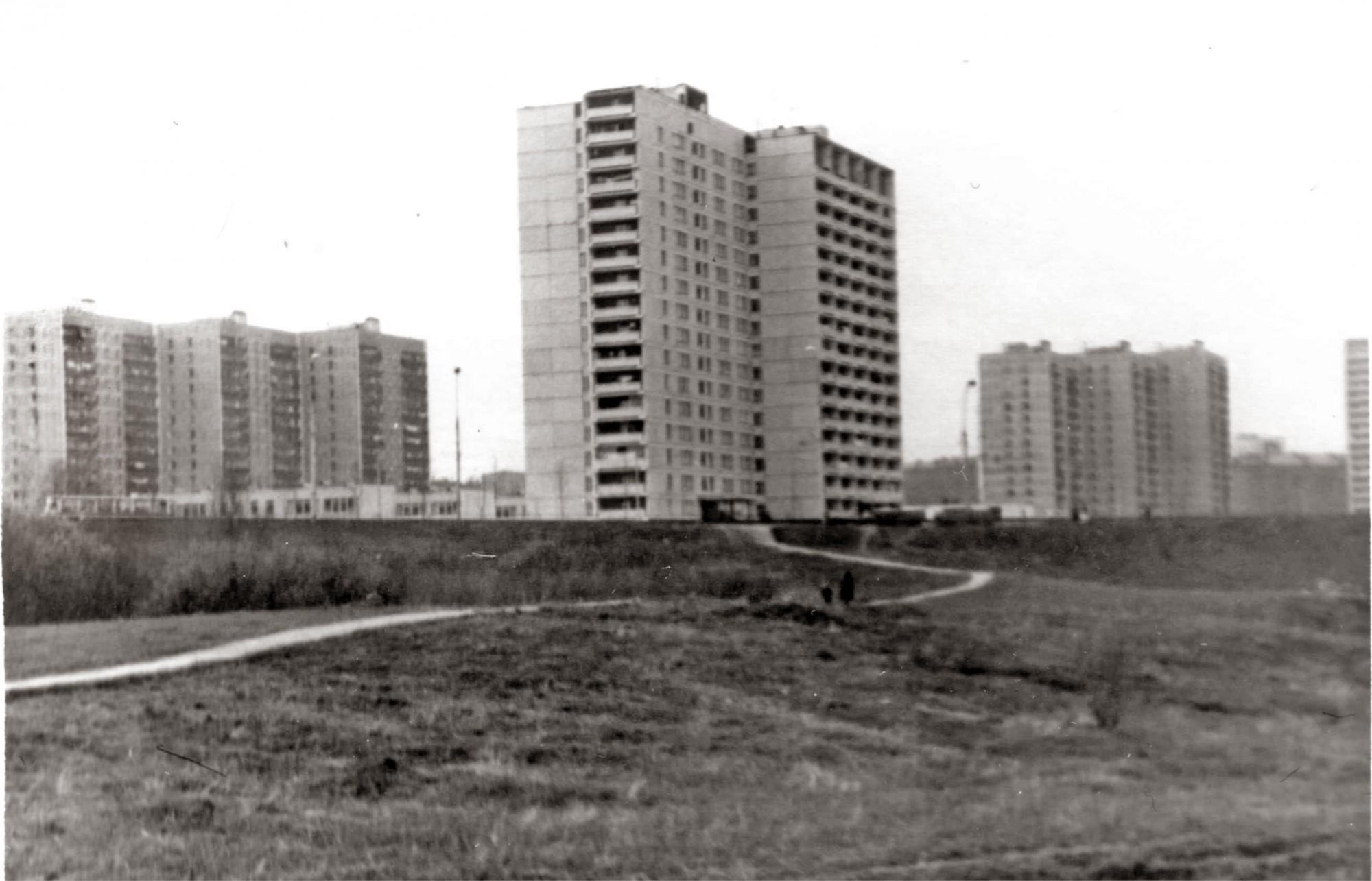 1983 Вид на дом 29к3 от малого Очаковского пруда (там парк Школьников сейчас). Алексей Ковалёв3
