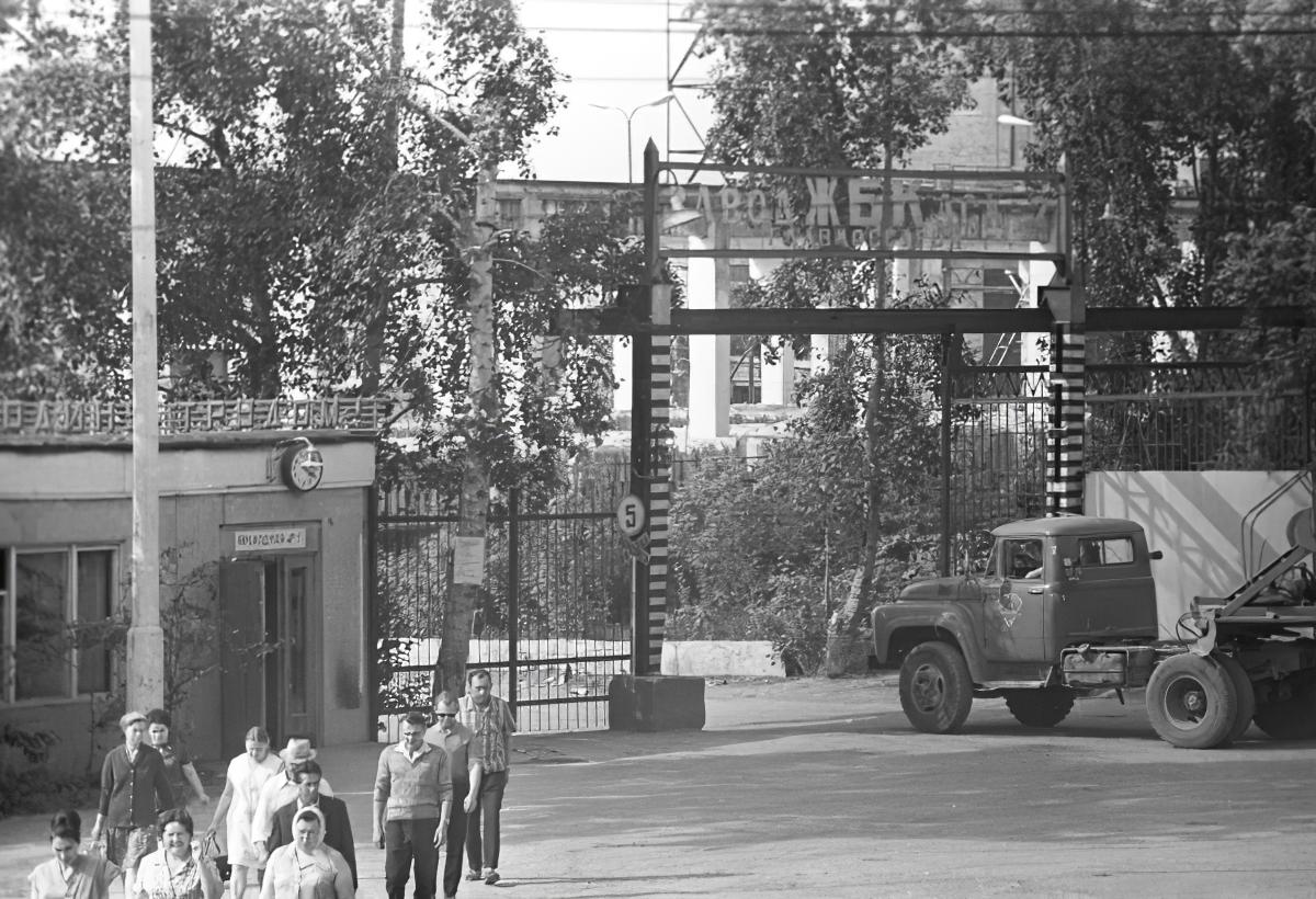 1972 Проходная завода железобетонных конструкций Домостроительного комбината №2. Михаил Кухтарев, РИА Новости_cmpk